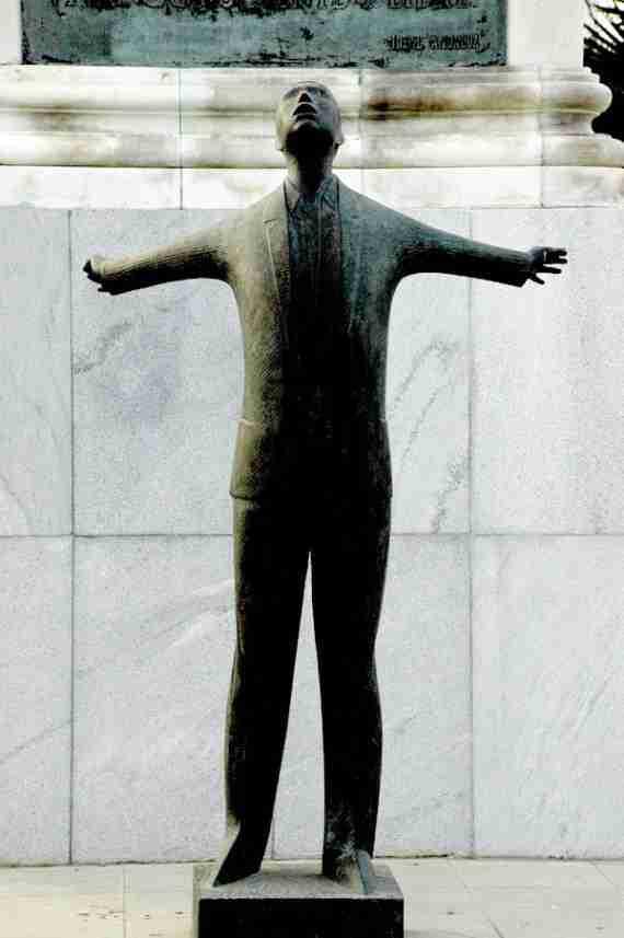 Estatua a Blas Infante en el km4 de la carretera de Carmona. Foto de tonocano / secretOlivo