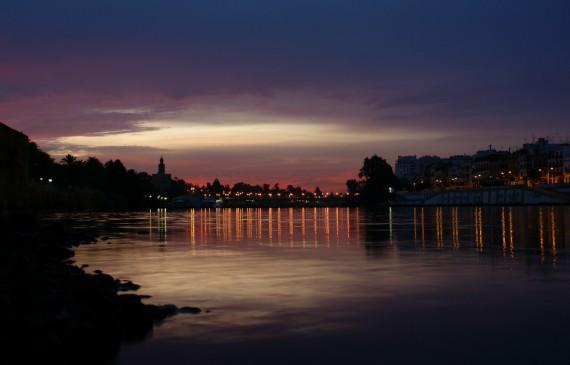 La hora violeta bajo el puente de Triana