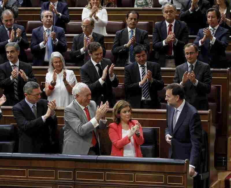 Bancada del PP aplaudiendo a Rajoy en el congreso despues de anunciar los recortes