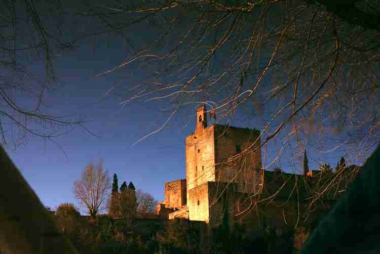 La Torre de la Vela desde el Albayzín (reflejo). Foto de TonoCano/SecretOlivo