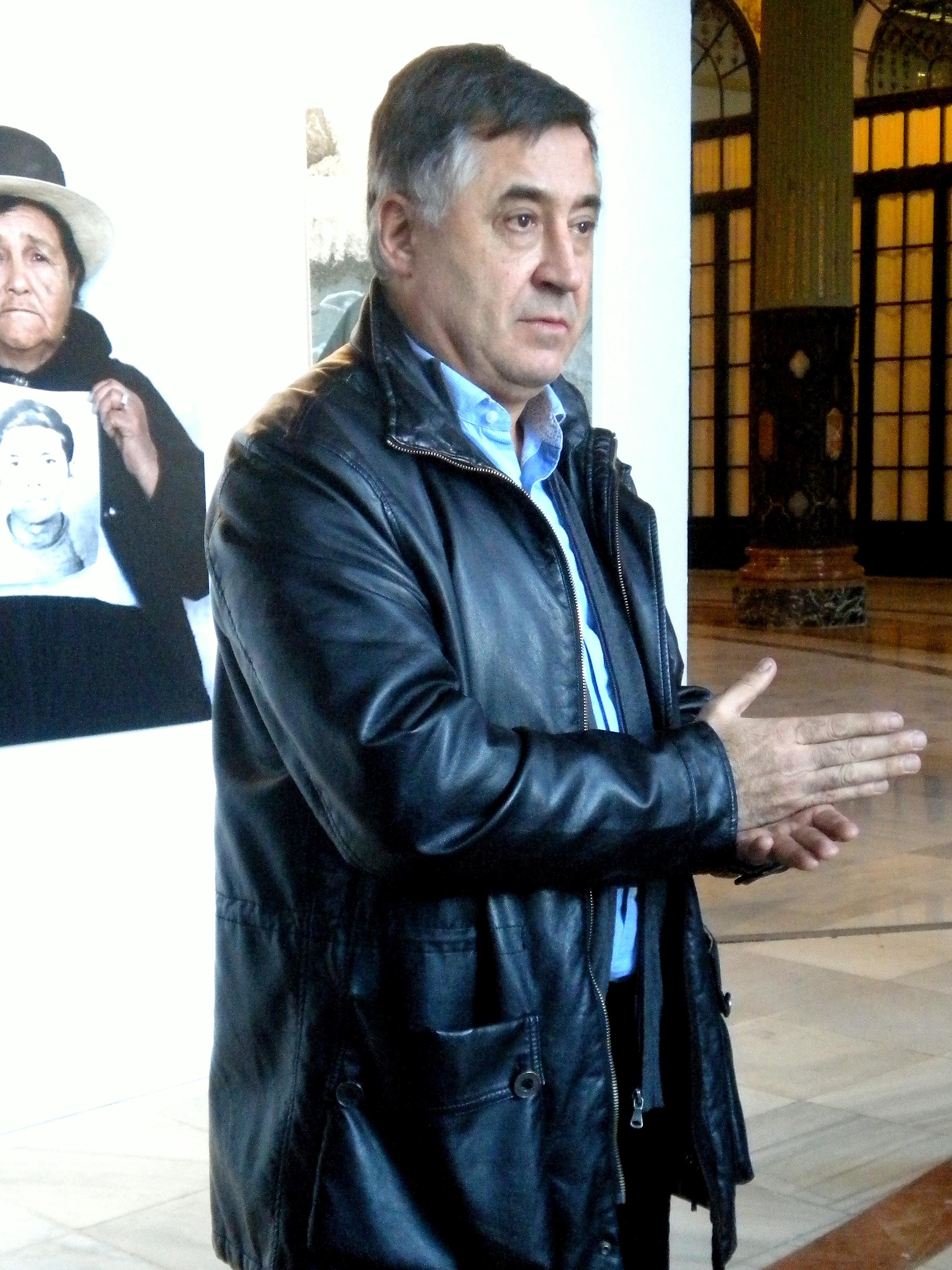 """Gervasio Sánchez, durante la visita guiada a su muestra """"Desaparecidos"""" en Sevilla"""
