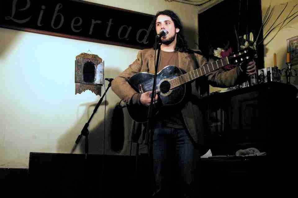 Fernando Lobo afinando para empezar un recital. Foto de TonoCano/SecretOlivo