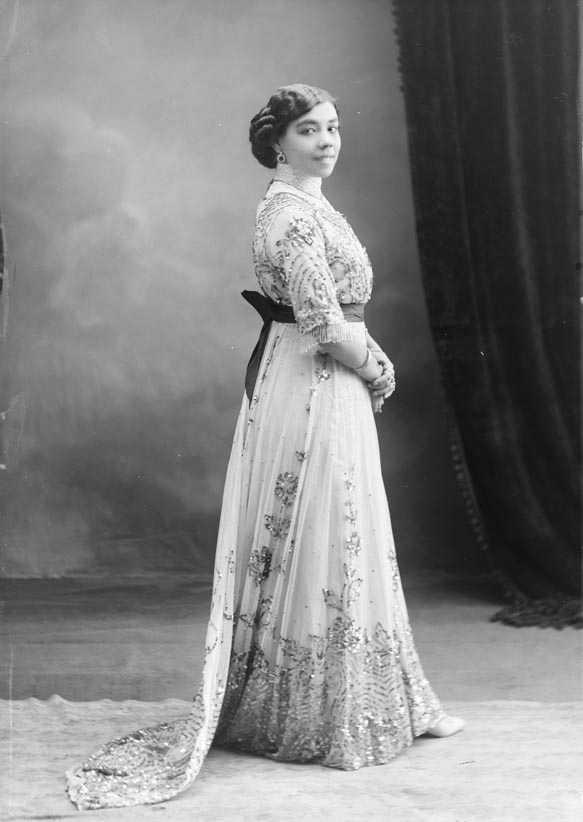 Pastora Pavón, La Niña de los Peines. Foto de Esplugas. Arxiu Nacional de Catalunya.