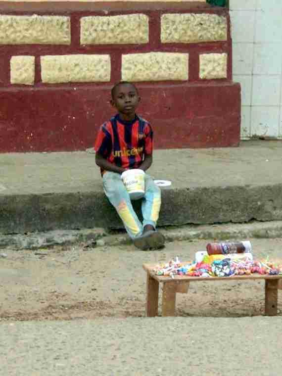 Niño vendiendo caramelos en Bata (Guinea Ecuatorial)