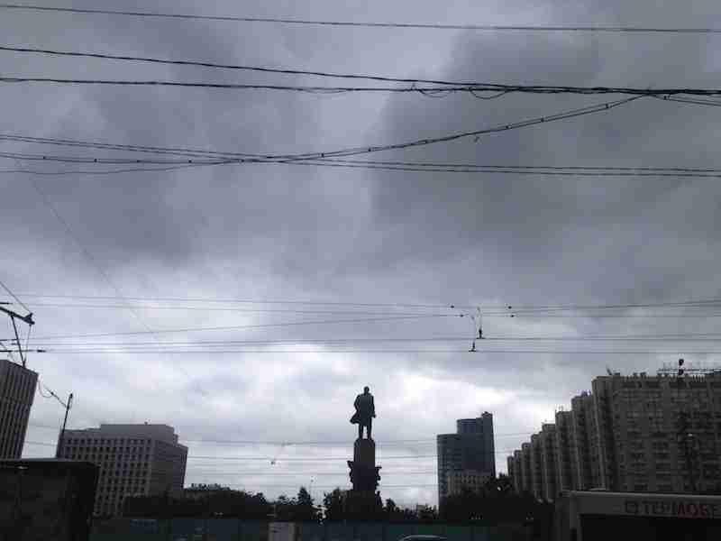 En Moscú, Lenin custodia una entrada al metro y un kiosko. Foto de Wences Lamas y Jesús Llorente