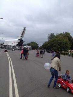 Moscú: Una nave espacial sirve de almacén para pequeños coches a pedales. Foto de Wences Lamas y Jesús Llorente