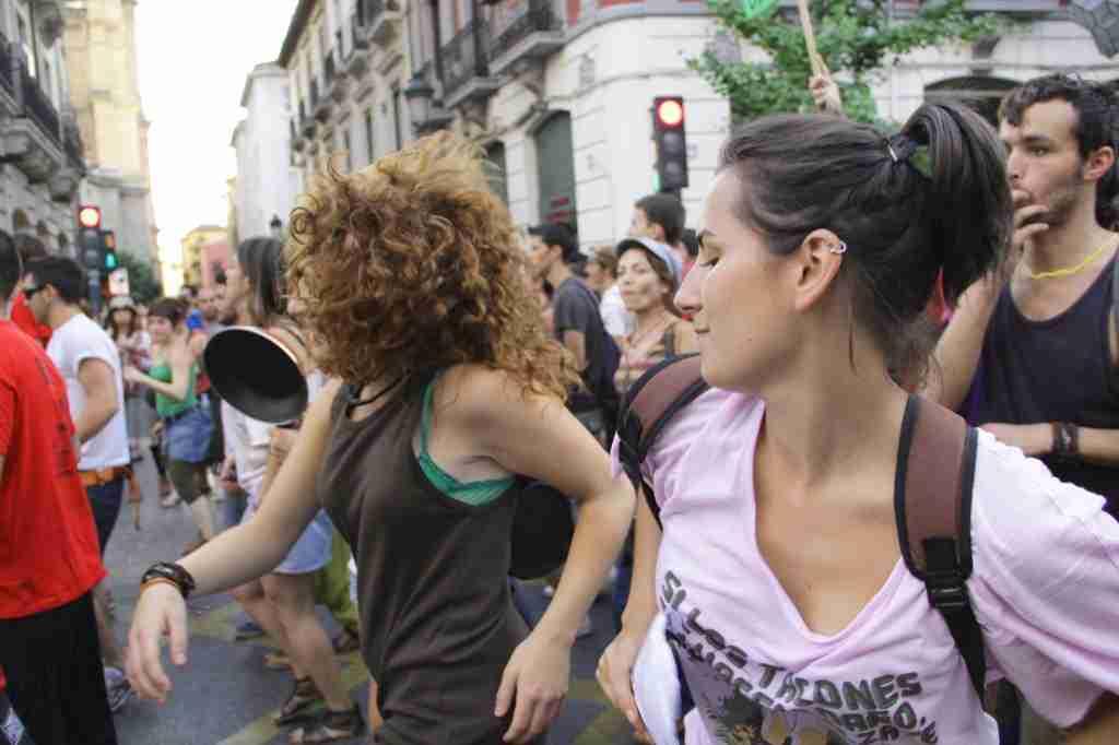 Bailando durante una manifestación en Granada. Foto de Alberto Palma, 2011