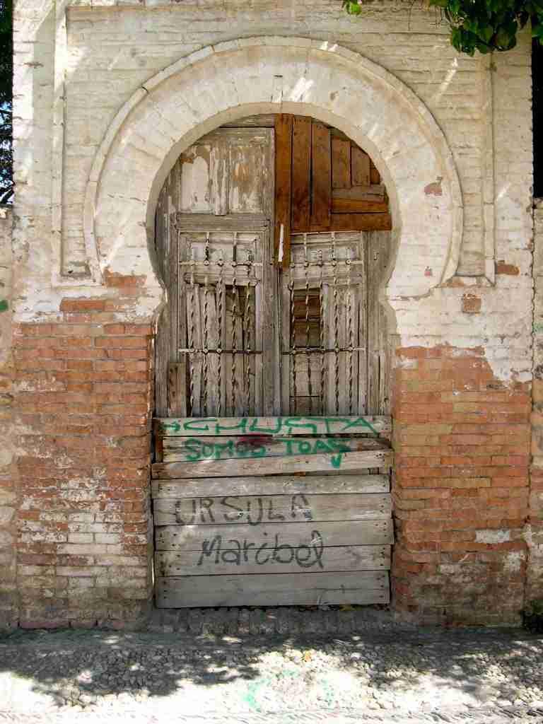 Entrada a un carmen abandonado del Albaicín. Joaquín López.