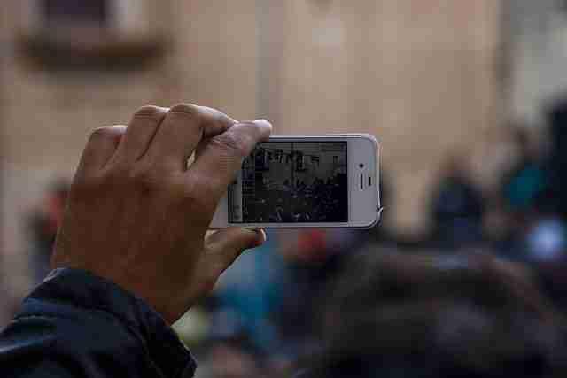 Grabando con el móvil. Foto de Héctor Gómez Herrero