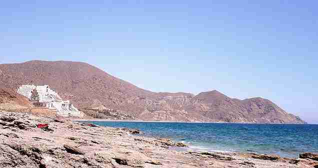 Hotel del Algarrobico, en el Parque Natural de Cabo de Gata-Níjar. Foto de Arkangel.
